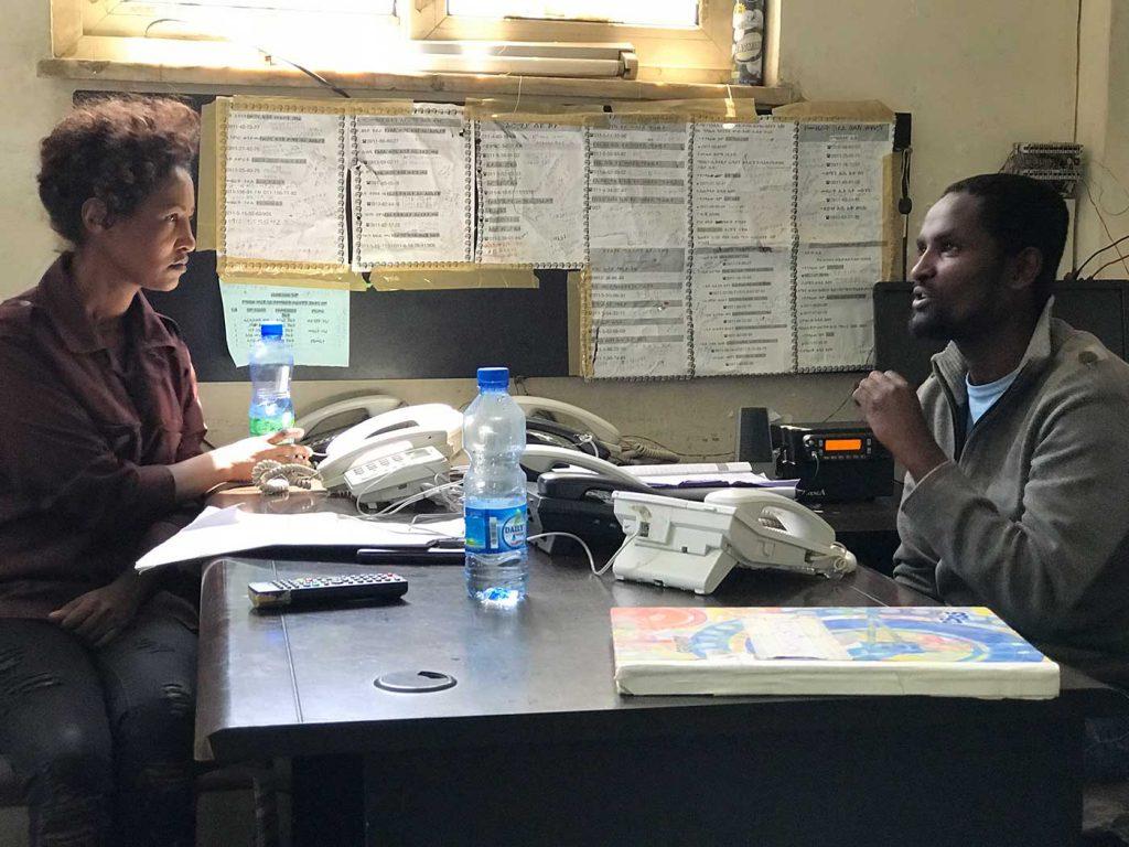 Zwei Mitarbeiter*innen in der Notrufzentrale der Hauptfeuerwache