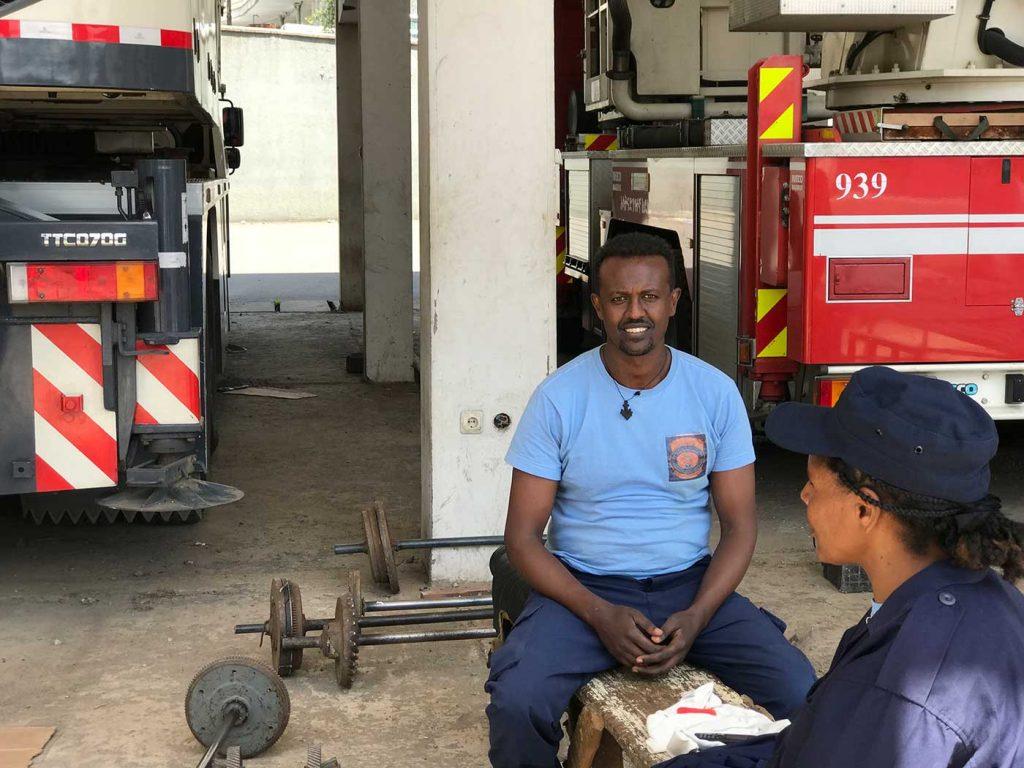 Feuerwehrleute in der Hauptfeuerwache von Addis warten auf den nächsten Einsatz