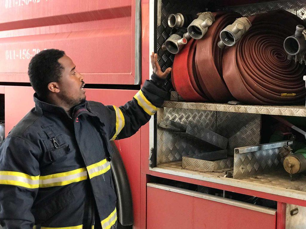 Feuerwehr Addis. Ein Feuerwehrmann erklärt uns die Ausrüstung