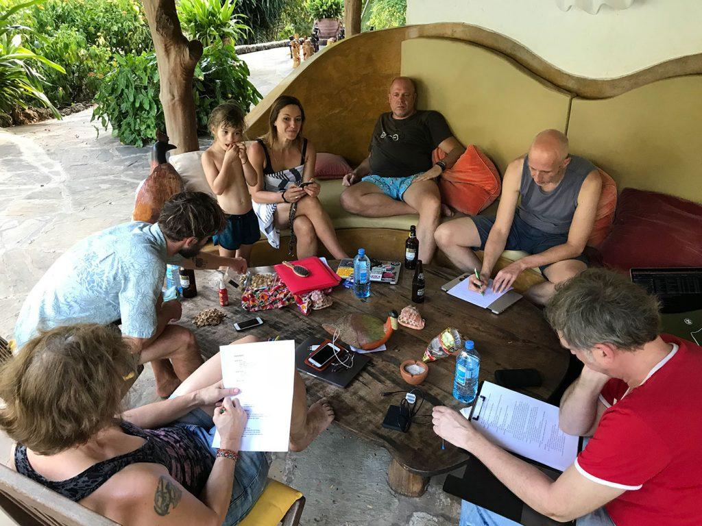 Das Team von FLMH sitzt am frühen Abend locker um einen Tisch herum und bereitet den nächsten Tag in Nice View vor.
